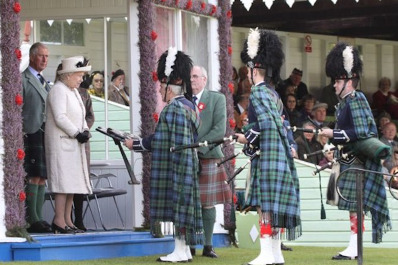 HM The Queen and pipers at the 2014 BraemarGathering